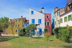 Προαύλιο και ζωηρόχρωμα σπίτια, Burano, Βενετία, Ιταλία Στοκ Εικόνες