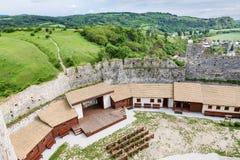 Προαύλιο του κάστρου Beckov, Σλοβακία στοκ φωτογραφία με δικαίωμα ελεύθερης χρήσης
