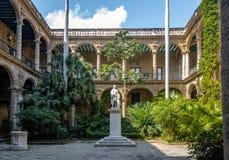 Προαύλιο Palacio de Los Capitanes Generales και του μουσείου πόλεων Plaza de Armas στην πλατεία - Αβάνα, Κούβα Στοκ εικόνες με δικαίωμα ελεύθερης χρήσης