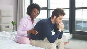 Προβλήματα σχέσης Ματαιωμένη νέα μικτή συναγωνισμένη συνεδρίαση ζευγών στο κρεβάτι απόθεμα βίντεο