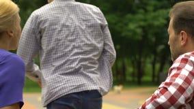 Προβληματικοί εφηβικοί ανησυχημένοι φύλλα γονείς μετά από τη φιλονικία, παρανόηση φιλμ μικρού μήκους