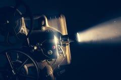 Προβολέας ταινιών με το δραματικό φωτισμό στοκ φωτογραφία με δικαίωμα ελεύθερης χρήσης