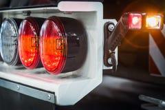 Προβολείς και φω'τα χώρων στάθμευσης ενός φορτηγού, εκσκαφέας, τρακτέρ ή στοκ φωτογραφία με δικαίωμα ελεύθερης χρήσης