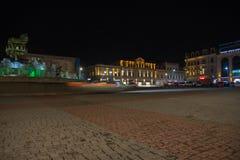Προβολείς στο σκοτεινό διάστημα Plaza νύχτας πόλεων το φθινόπωρο με τις πορείες που σκορπίζονται Κεντρική οδός νύχτας Στοκ εικόνα με δικαίωμα ελεύθερης χρήσης
