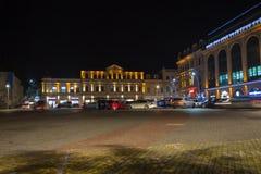 Προβολείς στο σκοτεινό διάστημα Plaza νύχτας πόλεων το φθινόπωρο με τις πορείες που σκορπίζονται Κεντρική οδός νύχτας Στοκ Εικόνα
