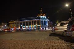 Προβολείς στο σκοτεινό διάστημα Plaza νύχτας πόλεων το φθινόπωρο με τις πορείες που σκορπίζονται Κεντρική οδός νύχτας Στοκ φωτογραφίες με δικαίωμα ελεύθερης χρήσης