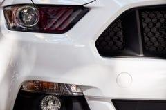Προβολείς του άσπρου αυτοκινήτου στοκ εικόνα