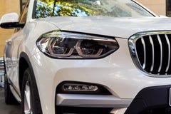 Προβολείς του άσπρου αυτοκινήτου στοκ εικόνες