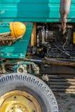 Προβολέας και ρόδα της παλαιάς κινηματογράφησης σε πρώτο πλάνο οχημάτων ανασκόπηση ζωηρόχρωμη Στοκ Εικόνα
