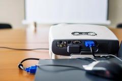 Προβολέας που συνδέεται με το lap-top στο δωμάτιο παρουσίασης Στοκ φωτογραφίες με δικαίωμα ελεύθερης χρήσης