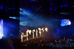 Προβολή φλογών πυρκαγιάς στη ζωντανή συναυλία Στοκ φωτογραφία με δικαίωμα ελεύθερης χρήσης