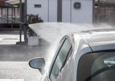 Προβολή ύδατος πίεσης πέρα από το άσπρο ανώτατο όριο αυτοκινήτων στο πλύσιμο αυτοκινήτων Στοκ εικόνα με δικαίωμα ελεύθερης χρήσης