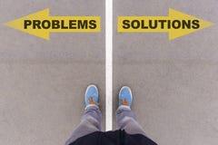 Προβλήματα εναντίον των βελών κειμένων λύσεων στο έδαφος ασφάλτου, πόδια και SH Στοκ Εικόνες