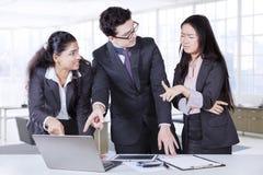 Προβληματικοί επιχειρηματίες στο γραφείο στοκ φωτογραφίες με δικαίωμα ελεύθερης χρήσης