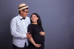 Προγενέθλιοι mom και μπαμπάς που χαμογελούν σε κάθε άλλοι στοκ εικόνες με δικαίωμα ελεύθερης χρήσης