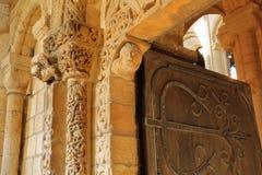 Προγενέστερη πόρτα μέσα στον καθεδρικό ναό, με τις διάσημες νορμανδικές γλυπτικές του που χρονολογούν από κατά το 1135 στοκ εικόνες