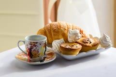 Προγευμάτων καθορισμένη καφέ μαρέγκα γλυκών φλυτζανιών croissant στοκ εικόνες με δικαίωμα ελεύθερης χρήσης