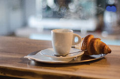 Προγευματίστε φλιτζάνι του καφέ Α και croissant Στοκ εικόνα με δικαίωμα ελεύθερης χρήσης