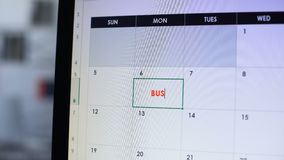 Προγραμματίζοντας επιχειρησιακή συνεδρίαση προσώπων, που σχεδιάζει την ημερομηνία στο ημερολόγιο στον υπολογιστή, εργασία απόθεμα βίντεο