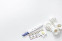 Προγραμματισμός εγκυμοσύνης Δοκιμή εγκυμοσύνης, αντισυλληπτικές χάπια και λείες στην άσπρη τοπ άποψη υποβάθρου copyspace Στοκ φωτογραφία με δικαίωμα ελεύθερης χρήσης