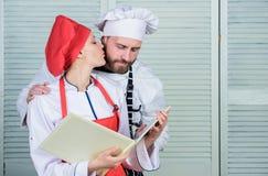 Προγραμματισμός επιλογών μαγειρική κουζίνα Μυστικό συστατικό από τη συνταγή Μάγειρας ομοιόμορφος αρχιμάγειρας ανδρών και γυναικών στοκ εικόνες με δικαίωμα ελεύθερης χρήσης
