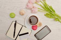 Προγραμματισμός Κούπα του καφέ με το επιδόρπιο, ένα σημειωματάριο, μια πιστωτική κάρτα και ένα κινητό τηλέφωνο χρυσή ιδιοκτησία β Στοκ Φωτογραφίες