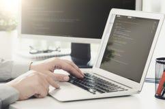 Προγραμματιστής που απασχολείται στο πολυάσχολο λογισμικό που αναπτύσσεται στο γραφείο επιχείρησης Στοκ φωτογραφία με δικαίωμα ελεύθερης χρήσης