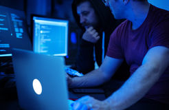 Προγραμματιστής που εργάζεται για τον κυβερνοχώρο λογισμικού Στοκ φωτογραφίες με δικαίωμα ελεύθερης χρήσης