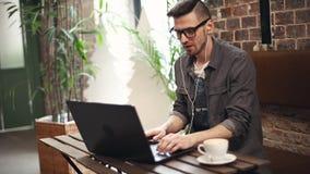 Προγραμματιστής που εργάζεται σκληρά στον καφέ φιλμ μικρού μήκους