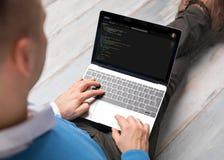 Προγραμματιστής που εργάζεται στον υπολογιστή Στοκ εικόνες με δικαίωμα ελεύθερης χρήσης