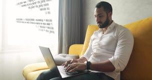 Προγραμματιστής που εργάζεται στο σπίτι απόθεμα βίντεο