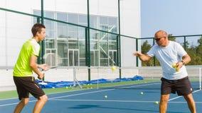 Προγυμνάζοντας ή διδάσκοντας την αντισφαίριση παιχνιδιού σε ένα δικαστήριο υπαίθριο Κατάρτιση των φορέων επαγγελματικών αθλημάτων απόθεμα βίντεο
