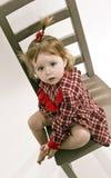 προεδρεύστε του χαριτωμένου κοριτσιού φορεμάτων λίγη κόκκινη συνεδρίαση Στοκ Εικόνα