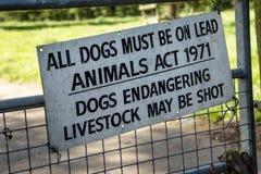 Προειδοποίηση για τους περιπατητές σκυλιών στο καλλιεργήσιμο έδαφος Στοκ Εικόνες