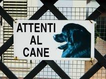 Προειδοποιητικό σημάδι στα ιταλικά - επικίνδυνο σκυλί Beware των σημαδιών σκυλιών σε έναν φράκτη στοκ φωτογραφία με δικαίωμα ελεύθερης χρήσης