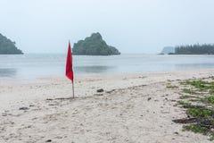 προειδοποιητικό σημάδι της κόκκινης σημαίας στην όμορφη παραλία Στοκ Εικόνες