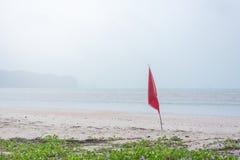 προειδοποιητικό σημάδι της κόκκινης σημαίας στην όμορφη παραλία Στοκ Φωτογραφίες
