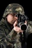 Προειδοποιημένος στρατιώτης που δείχνει m16 στο στούντιο στοκ φωτογραφία