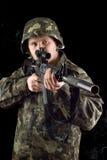 Προειδοποιημένος στρατιώτης που κρατά ένα πυροβόλο όπλο στοκ φωτογραφία
