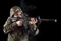 Προειδοποιημένος στρατιώτης που κρατά μια καπνισμένη κάνη στοκ φωτογραφία με δικαίωμα ελεύθερης χρήσης