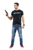 Προειδοποιημένο προσεκτικό σαφές πυροβόλο όπλο εκμετάλλευσης αστυνομικών ενδυμάτων που κοιτάζει μακριά στοκ εικόνες