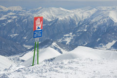 Προειδοποιητικά σημάδια της χιονοστιβάδας στις κλίσεις Στοκ εικόνες με δικαίωμα ελεύθερης χρήσης
