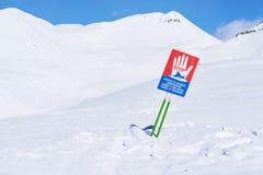 Προειδοποιητικά σημάδια της χιονοστιβάδας στις κλίσεις Στοκ φωτογραφίες με δικαίωμα ελεύθερης χρήσης