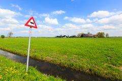 Προειδοποιητικό σημάδι αγελάδων σε ένα ολλανδικό τοπίο Στοκ φωτογραφία με δικαίωμα ελεύθερης χρήσης