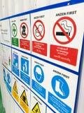 Προειδοποιητικό σημάδι, καμία είσοδος, ασφάλεια πρώτα, κράνη ασφάλειας, γενικός κίνδυνος Στοκ εικόνες με δικαίωμα ελεύθερης χρήσης