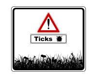 Προειδοποιητικό σημάδι με τους προστιθέμενους κρότωνες πληροφοριών Στοκ φωτογραφίες με δικαίωμα ελεύθερης χρήσης