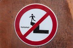 Προειδοποιητικό σημάδι σε έναν τοίχο Στοκ εικόνα με δικαίωμα ελεύθερης χρήσης