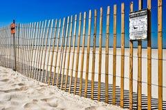 Προειδοποιητικό σημάδι στην παραλία Στοκ Εικόνες