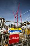 Προειδοποιητικό σημάδι στο εργοτάξιο οικοδομής Στοκ εικόνες με δικαίωμα ελεύθερης χρήσης