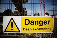 Προειδοποιητικό σημάδι στο εργοτάξιο οικοδομής Στοκ φωτογραφία με δικαίωμα ελεύθερης χρήσης
